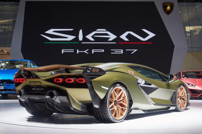 Lamborghini har gitt den kommende hyperbilen et passende navn, nemlig Sián FKP 37. (Alle foto: Lamborghini)