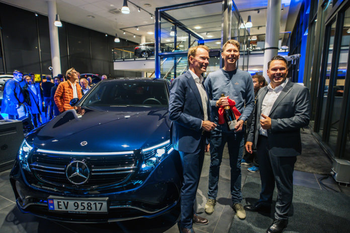 To år etter at Jan Erik Vestby reserverte sin Mercedes EQC kunne han som en av de første i Norge sette seg inn i sin nye elbil. (Begge foto: Bertel O. Steen/Reinhartsen Media)