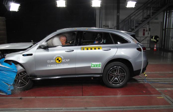 Mercedes' kommende elbil EQC 400 kom gjennom Euro NCAP's krasjtest med 5 stjerner. (Begge foto: Euro NCAP)