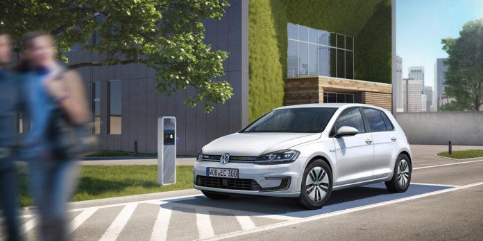 Bilsalget gikk ned i august, men Volkswagen Golf holdt trykket oppe. (Begge foto: VW)