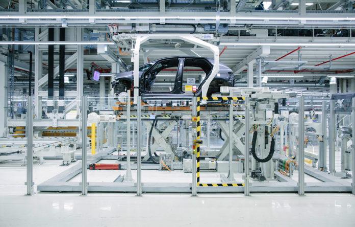 Volkswagen har bygd om fabrikken i Zwickau til en som kun skal lage elbiler. (Begge foto: VW)