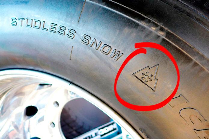 Dette symbolet må alle vinterdekk som tunge kjøretøy er skodd med ha om ett år. (Foto: NLF)