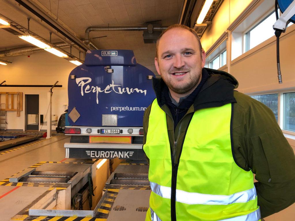 Samferdselsminister Jon Georg Dale på tungbilkontroll på Tromsdalen kontrollstasjon. (Foto: Samferdselsdep.)
