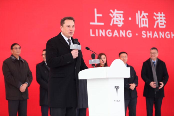 Tesla-sjef Elon Musk kan smile, for nå er alt klart for kinesisk produksjon av elbiler. (Begge foto: Tesla)