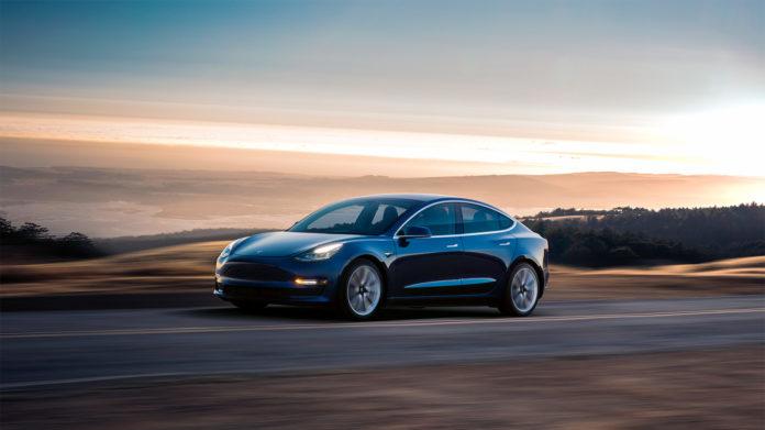 Tesla Model 3 kan ri ned i solnedgang som Norges mest populære bil. (Begge foto: Tesla)