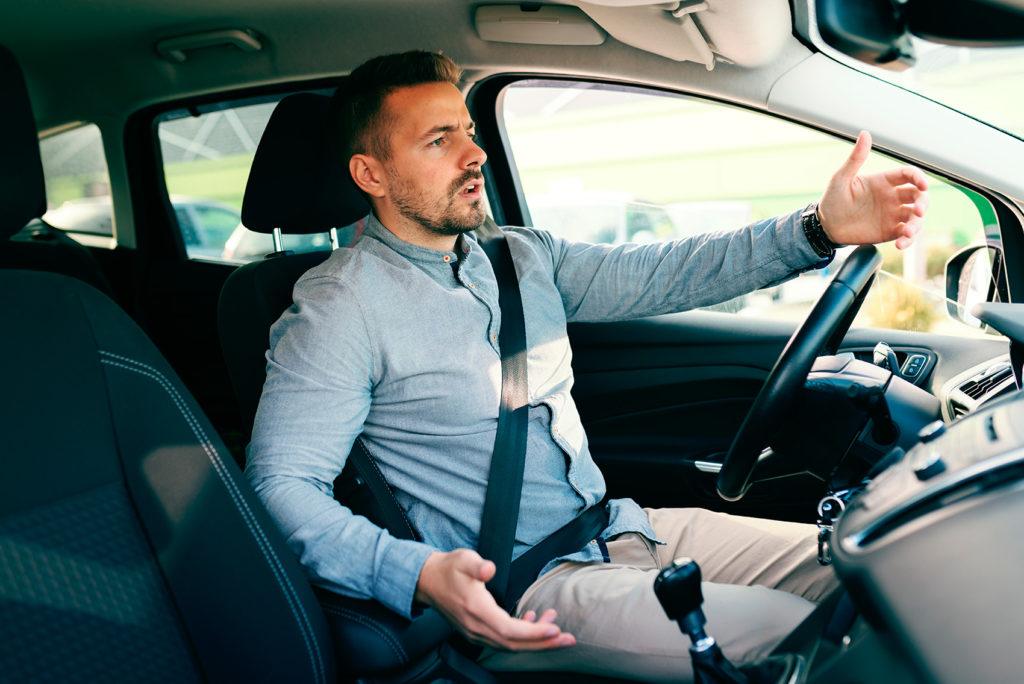 Mange har nok gjort som denne mannen og slått ut med armene når de har havnet bak saktekjørende bilister. (Illustrasjon: Gjensidige)