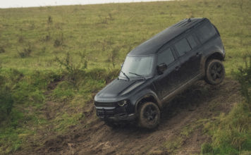 Her er Land Rover Defender i action under den kommende 007-filmen. (Alle foto: Land Rover)