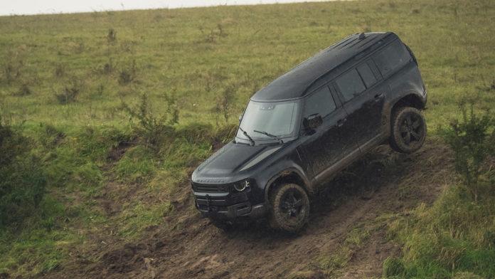 Her er Land Rover Defender i action under den kommende 007-filmen. (Alle foto: Land Rover)