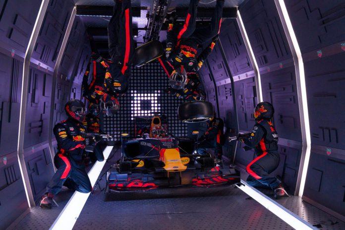Red Bull Racing er verdens raskeste til å skifte hjul, men hva med å gjøre det i vektløs tilstand? (Begge foto: Red Bull)