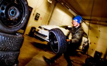 Menn bærer og skifter hjul, mens kvinnene lar andre ta seg av jobben. (Arkivfoto: NAF/Motor)