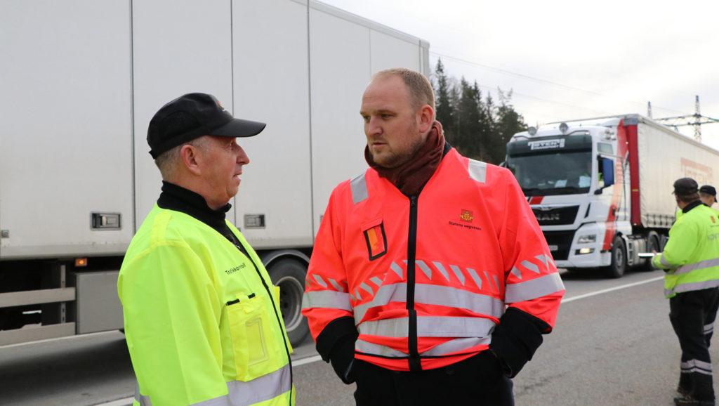 Her er samferdselsministeren på plass under en tungbilkontroll på Taraldrud trafikkstasjon. (Foto: Frøydis Tornøe, samferdselsdep.)