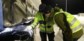 Samferdselsminister Jon Georg Dale sjekker ut hvordan en lastebil er skodd. (Foto: Samferdeselsdep.)