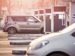 Bergen runder snart 20 prosent andel av elbiler, noe ingen andre store byer i verden kan vise til. Her fra ladestasjon på Fjøsanger (Foto: Morten Wanvik, Hordaland fylkeskommune/Norsk elbilforening)