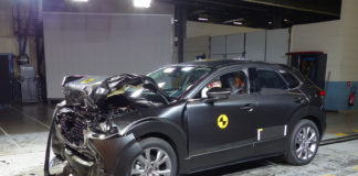 Mange biler har imponert under årets kollisjonstester, deriblant Mazda CX-30. (Begge foto: Euro NCAP)