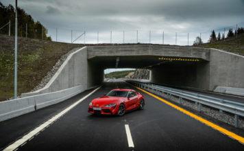 Mange drømmer om å sitte bak rattet på en Toyota GR Supra, og det skjønner vi godt. (Foto: SB Automotive)