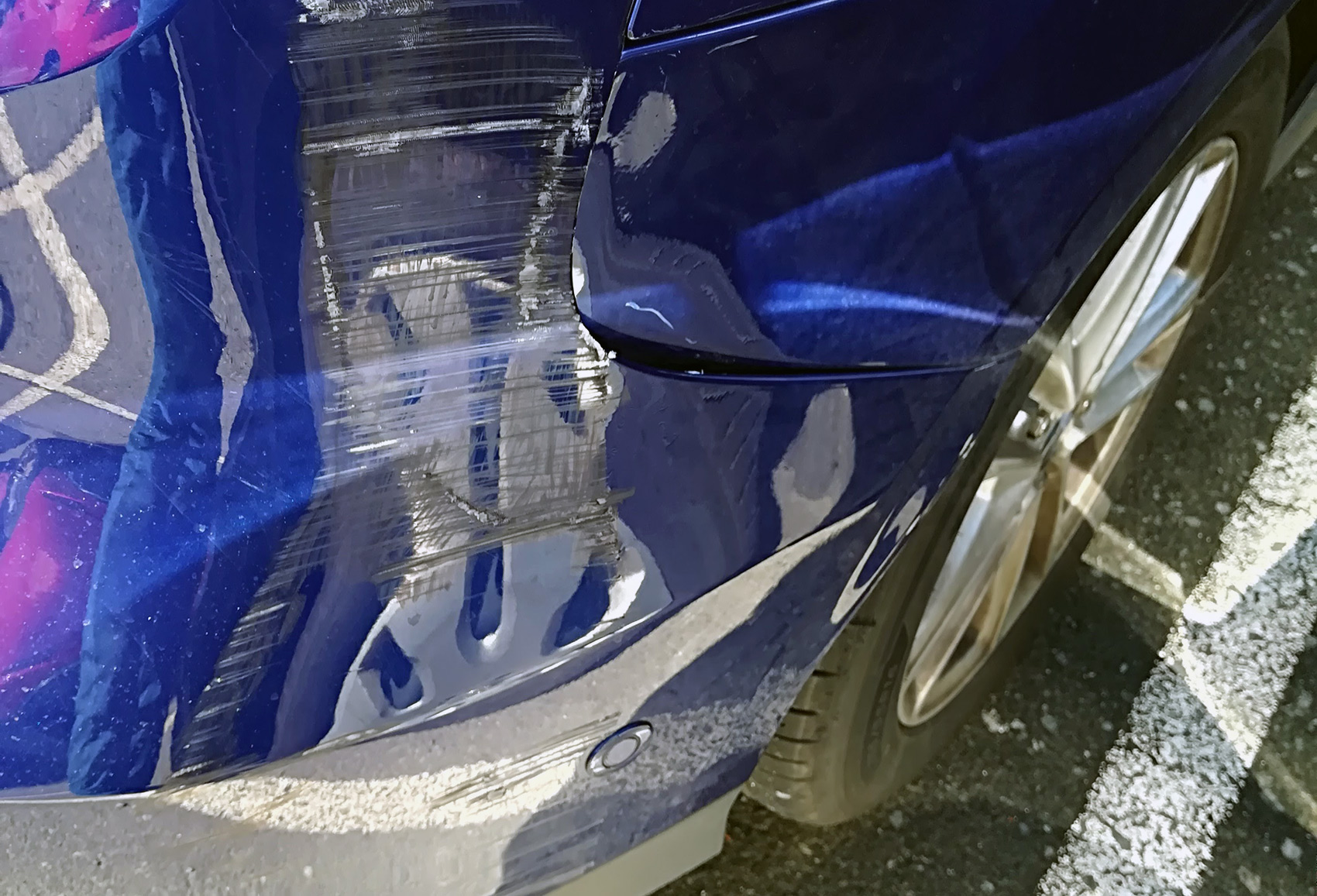 Mange opplever å få bulket og eller skrapet bilen under parkering, og synderne stikker ofte av. (Foto: Bil24)