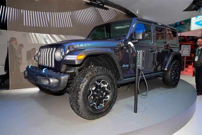 Her er en Jeep med en ladekabel. For ja, nå blir merket elektrifisert. (Begge foto: FCA)