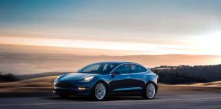 Dette var den aller mest populære bilmodellen i Norge i 2019, Tesla Model 3. (Begge foto: Tesla)