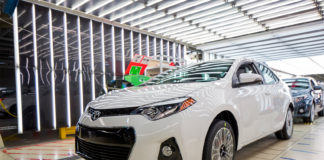 Toyota må tilbakekalle flere millioner biler etter at det er oppdaget problemer knyttet til kollisjonsputen. (Begge illustrasjonsbildene: Toyota)
