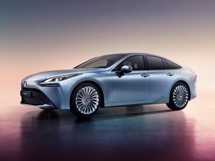 De futuriske linjene er borte, og nye Toyota Mirai er en linjelekker bil. (Alle foto: Toyota)