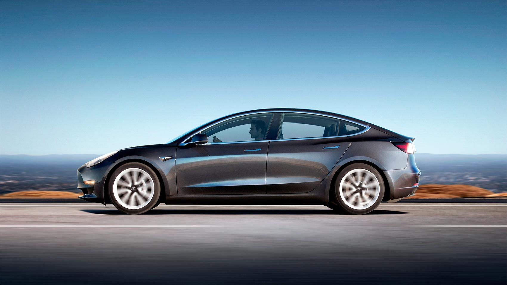 Tesla Model 3 blir stadig en vanligere syn på europeiske veier. (Begge foto: Tesla)