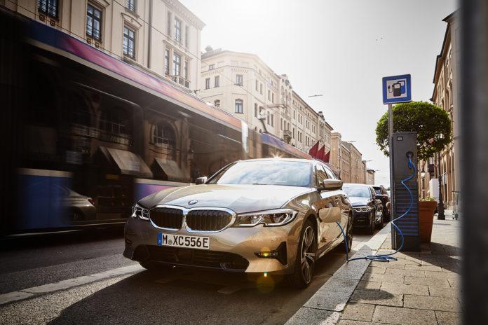 BMW kommer nå med teknologi som gjør at hybridene svitsjer automatisk over til eldrift i lavutslipps-soner. (Alle foto: BMW)