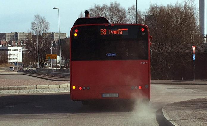 En del av forklaring på rødt luftnivå er at bussene har gått som tilnærmet normalt. (Foto: NILU)