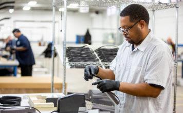 Ford satser på å lage 100.000 plastikkmasker i uken som skal beskytte ansatte både i fabrikker og butikker. (Fotos: Ford)