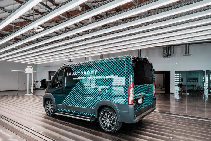 Karma viser fram en selvkjørende og elektrisk varebil. (Foto: Karma)