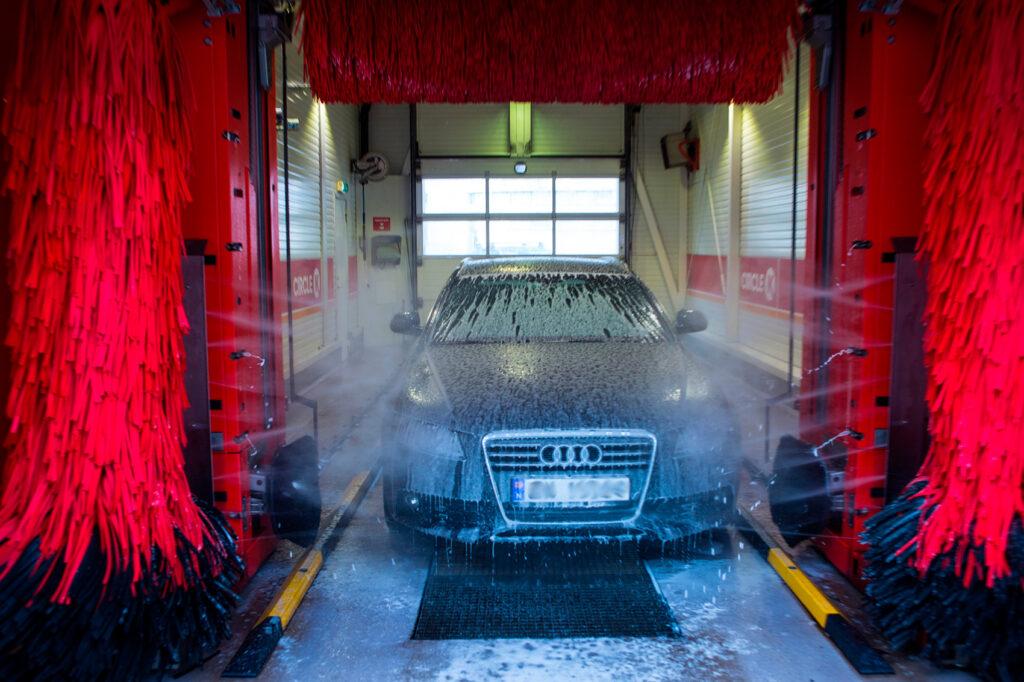 Bilen må også skinne på nasjonaldagen, så gi den gjerne et bad. (Foto: Johnny Syversen, Circle K)