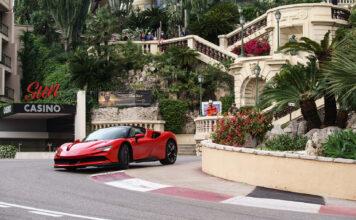 Ferrari og formel 1-fører Charles Leclerc markerte både Monaco Grand Prix og en kultfilm søndag. (Fotos: Ferrari)