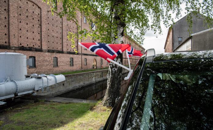 Husk at flagget og annen pynt på bilen må feste skikkelig. (Foto: NAF)
