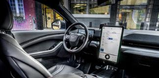 Ford har klar en ny elbil med en stor skjerm plassert sentralt i konsollen. (Fotos: Ford)