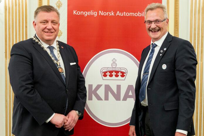 Geir A. Mo (t.v) overtar som president i KNA etter Finn Eirik Eilertsen. (Foto: Jamieson Pothecary/NLF)