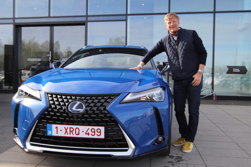 Her er Knut-Erik Jahnsen sammen med den kommende elbilen UX 300e.