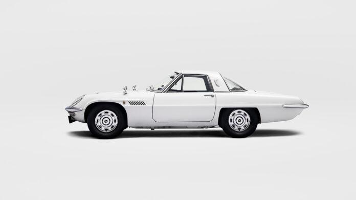 Mazda har alltid vært synonymt med coupé, og vi trenger ikke å lure på hvorfor når vi ser denne Cosmo-modellen. (Fotos: Mazda)