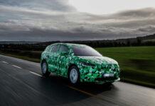 Skoda kan ikke skjule nye biler, men de kan kamuflere de. Slik som de her har gjort med den kommende elbilmodellen Enyaq iV. (Fotos: Skoda)