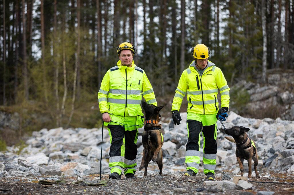 Hundeførerne Leif Ove Skancke (t.v.) og Kristoffer Modell med to motiverte nyansatte.