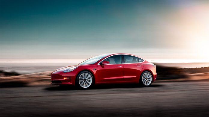 Nybilsalget har stupt i en rekke store markeder, og det ga en overraskende mest solgte april-bil i Storbritannia. (Fotos: Tesla)