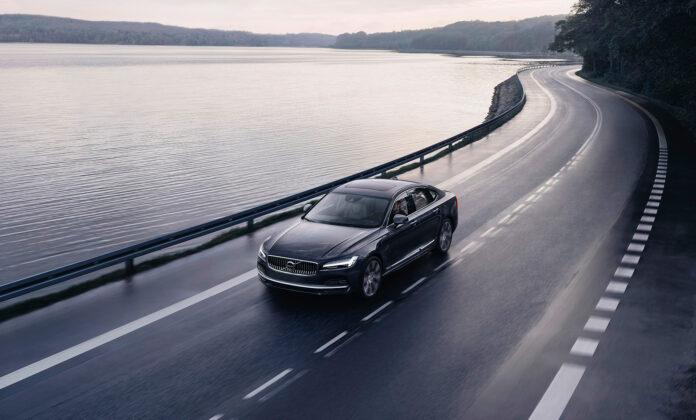 Den ladbare hybriden Volvo S90 Recharge T8 har en toppfart på 250 km/t. Men det varer ikke så mye lenger. (Foto: Volvo)