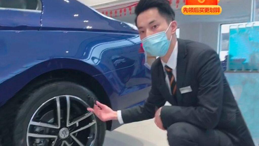 Her viser en selger en bil for en potensiell kunde, på strømmet video.