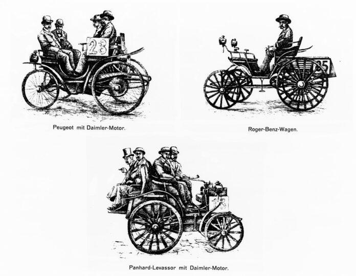 Her er tre biler fra den første bilkonkurransen i 1894, men dette er ikke ansett som det første billøpet. Det skjedde i 1895. (Foto: Daimler)