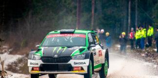 Hvor lik er egentlig bilen Oliver Solberg ratter og den Fabiaen som ruller på vanlige veier? (Fotos: Skodas)