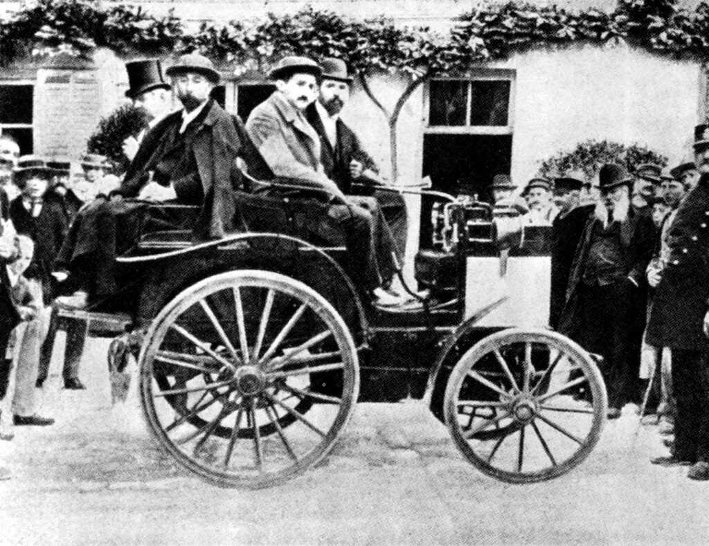 Her er yngre bror av René Panhard, Paul Panhard, i en slik bil foran konkurransen i 1894. (Foto: Daimler)