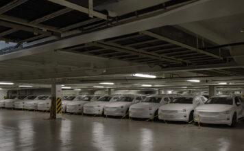 De første elbilene Polestar 2 har kommet til Europa, og skal videre til Norge og Sverige. (Fotos: Polestar)