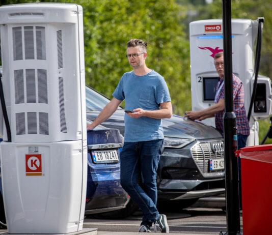 Hvor langt ruller elbilene med en halv times lading? (Fotos: Tomm Christiansen, NAF)