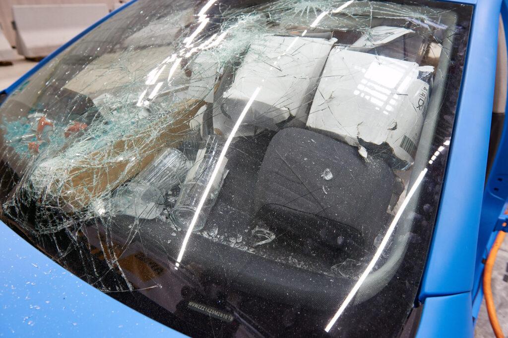 I testen med usikret last føk løse gjenstander rundt i bilen. De kan treffe passasjerer med stor styrke og gi dødelig skade. Selv frontruten ble knust.