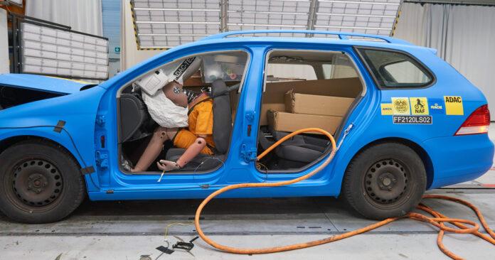 Det er svært skummelt å laste bilen full av flatpakker, også i lave hastigheter. (Fotos: NAF)