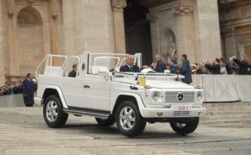 Det er 40 år siden Mercedes lagde en pavemobil ut av G-klassen. (Fotos: Mercedes)