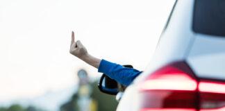 Noen blir faktisk så irritert i trafikken at de flekker den midtre fingeren. (Foto: Thomas Eckhoff, Trygg Trafikk)